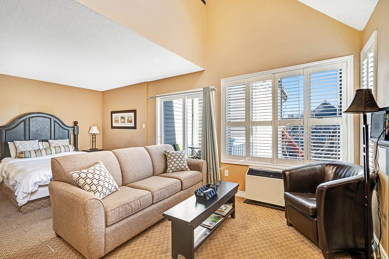 Walk to the chair lift! Lofty condo w/ shared pool, hot tub & tennis - dogs OK!, vacation rental in Blue Mountains