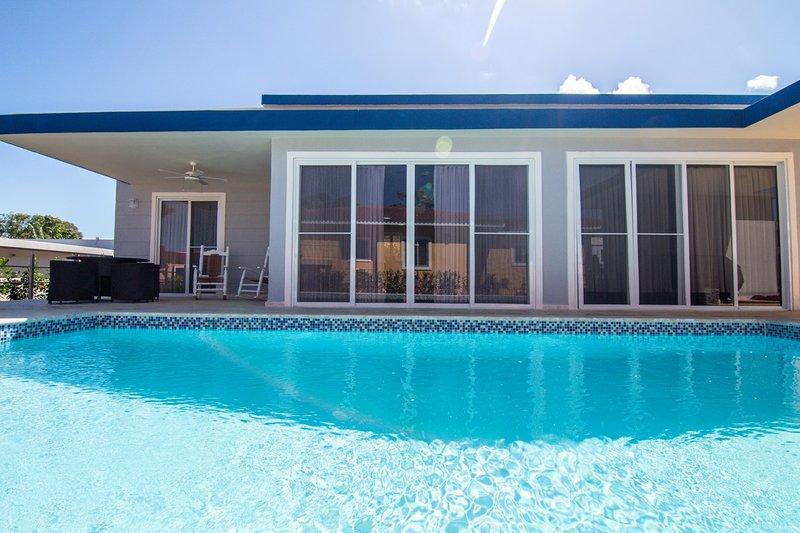 CASA COCO-LUJO tiene una piscina de 2 niveles y 9600 galones con luces para nadar de noche