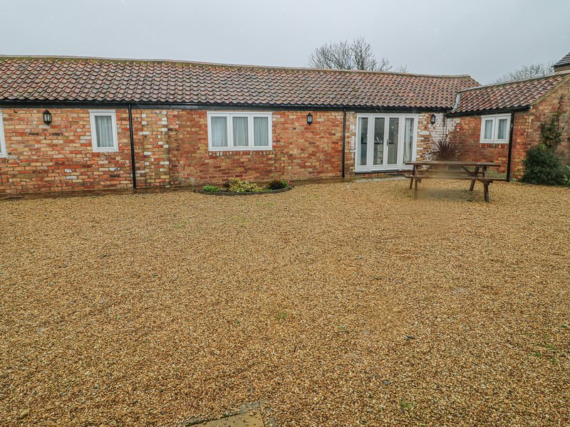 PEARDROP COTTAGE, all ground floor, en-suite, off road parking, communal, holiday rental in Louth