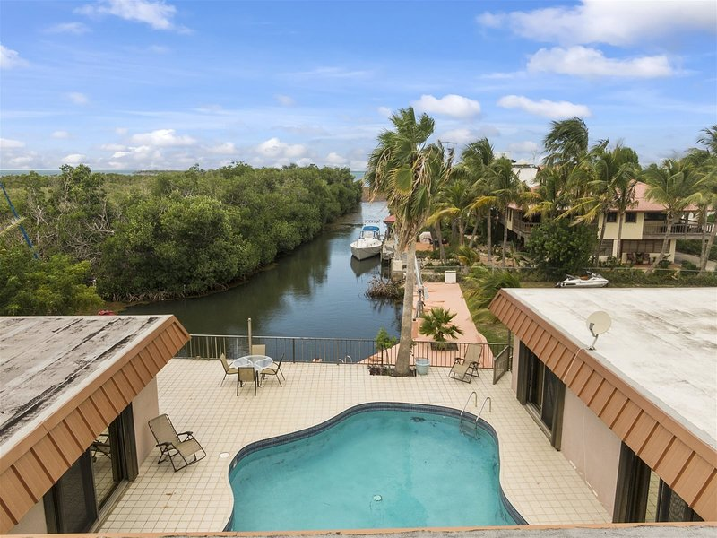 Conch Shell 5bedroom 3bath with large pool and 150ft of dockage, vacation rental in Marathon Shores