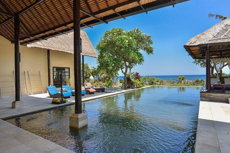 Villa Geluk, Beachfront Villa, alquiler vacacional en Dencarik