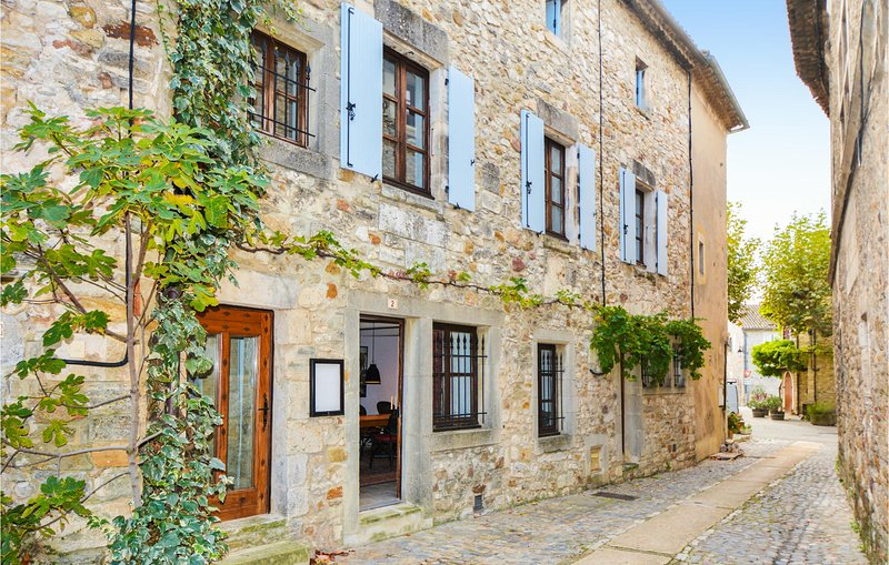 Beautiful home in Aiguèze with 5 Bedrooms (FLG552), alquiler vacacional en St Just d'Ardeche