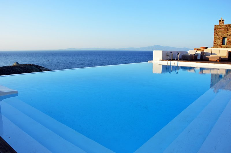 Stone villa with a large swimming pool and fantastic sea view, holiday rental in Otzias