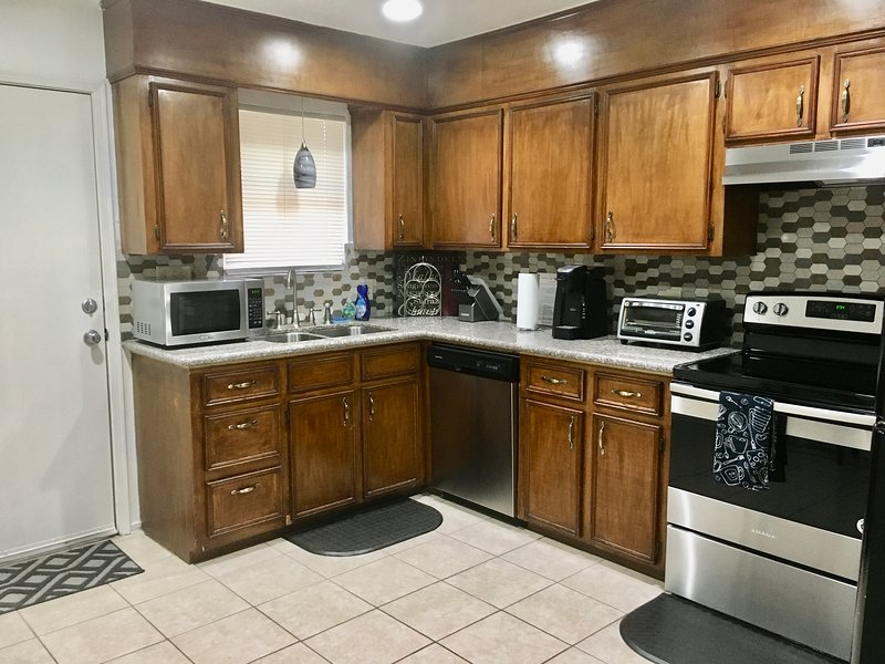 Private Duplex! Near Houston Hobby/Clear Lake/Galveston/Pasadena/Friendswood, vacation rental in Pearland