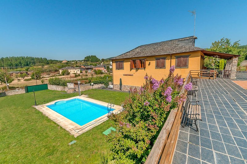 Spacious villa with shared pool, holiday rental in Columbrianos