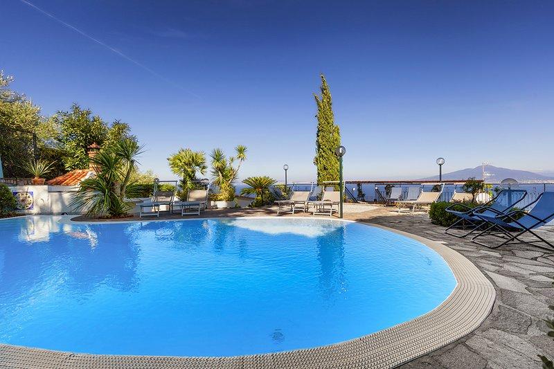 Priora Villa Sleeps 12 with Pool and Air Con - 5666934, alquiler vacacional en Priora