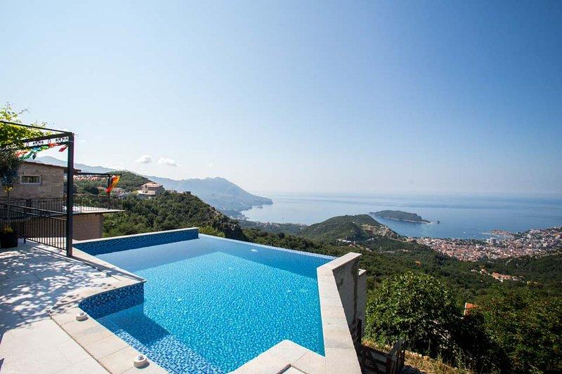 Notre piscine privée avec vue sur la mer et vue sur toute la ville de Budva.