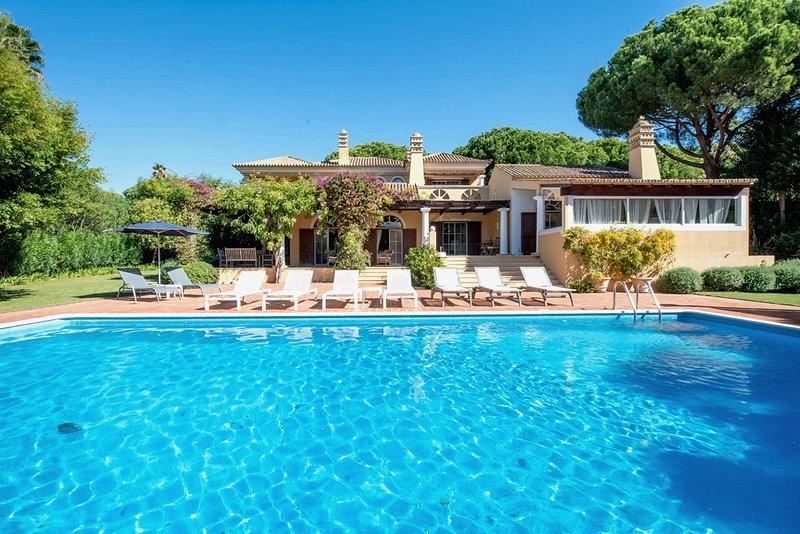 Quinta do Lago Villa Sleeps 8 with Pool and Air Con - 5816877, alquiler vacacional en Gambelas