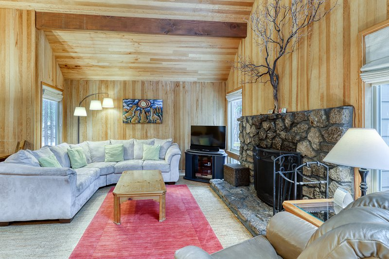 Modern, rustic house w/ shared pool, hot tub, sauna, & tennis courts!, location de vacances à Camp Sherman