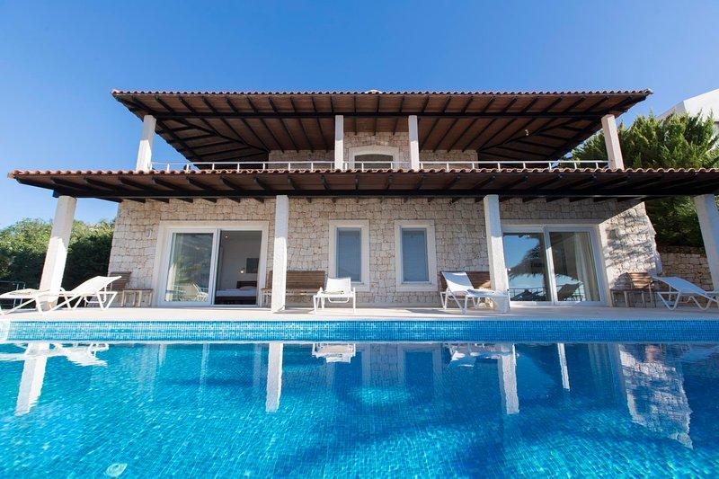 Yenikoy Villa Sleeps 10 with Pool Air Con and WiFi - 5819982, holiday rental in Kastellorizo
