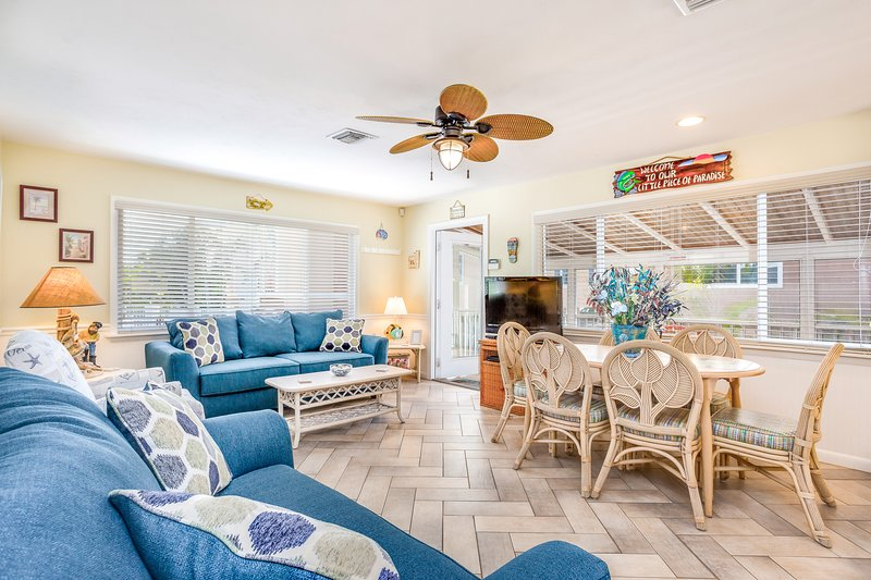 Oceanfront home w/ screened-in porch, only steps from the beach - dog-friendly, holiday rental in Fort Myers Beach