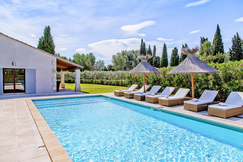 Eygalieres Villa Sleeps 8 with Pool and Air Con - 5820713, holiday rental in Eygalieres