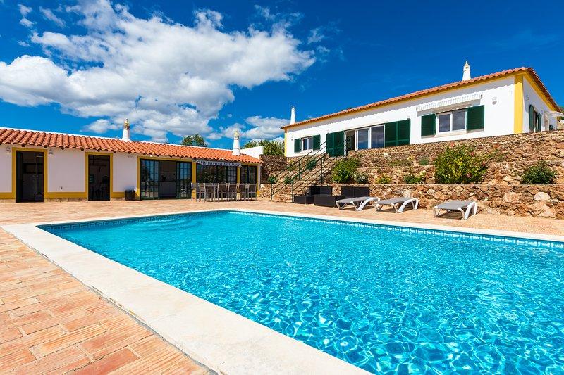 Villa Rita is a 5-bedroom villa located in Tunes, 15kms from Albufeira, aluguéis de temporada em Alte