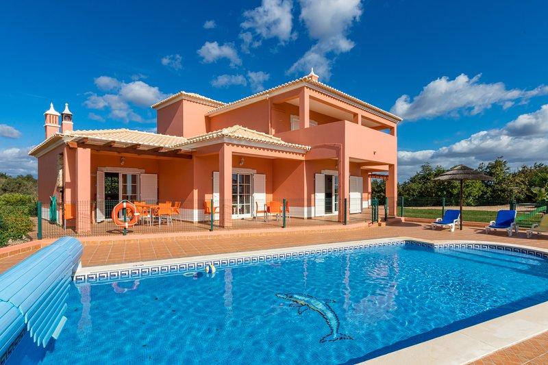 Villa da Horta, a beautiful and extensive villa in a peaceful location, alquiler de vacaciones en Alcantarilha
