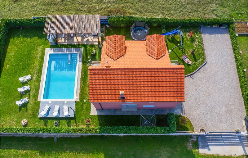 Stunning home in Trilj with WiFi and 4 Bedrooms (CDT875), casa vacanza a Ugljane