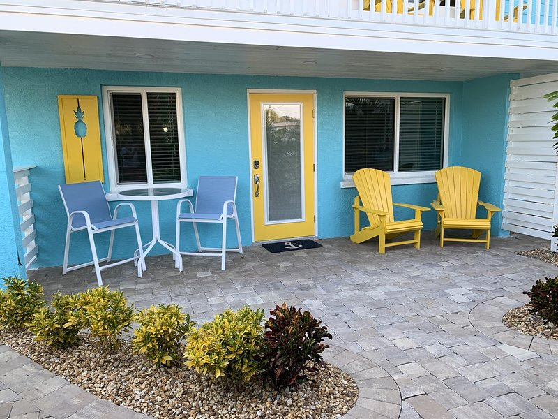 Bungalow by the Beach & Bay for Two...Walk or bike to beach and restaurants!, casa vacanza a Manasota Key