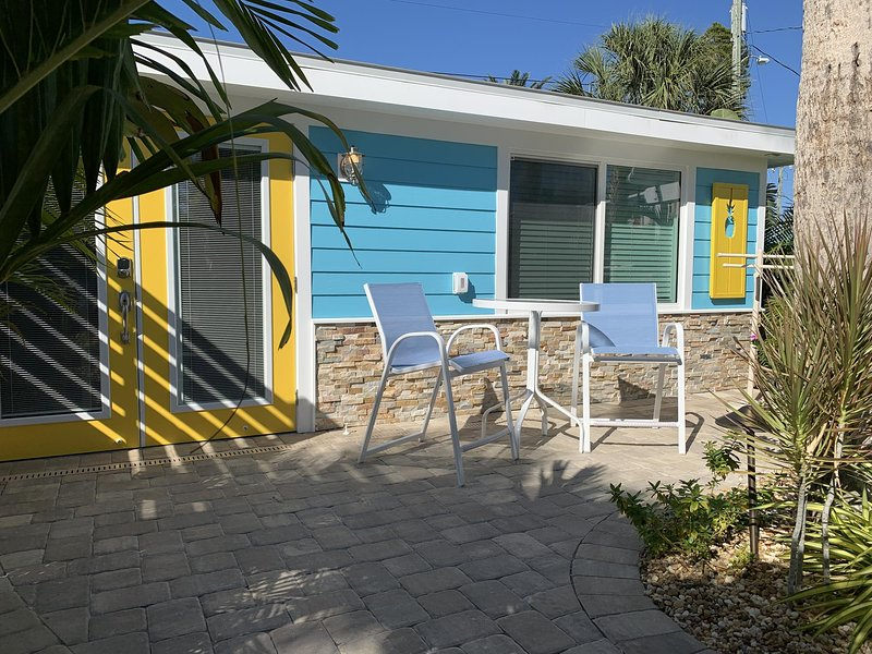 Perfect Place at the Beach...Walk or bike to restaurants and the beach!, casa vacanza a Manasota Key