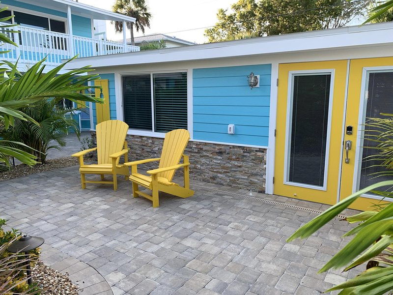 Getaway by the Beach & Bay for Two...Walk or bike to restaurants and the beach!, alquiler vacacional en Manasota Key