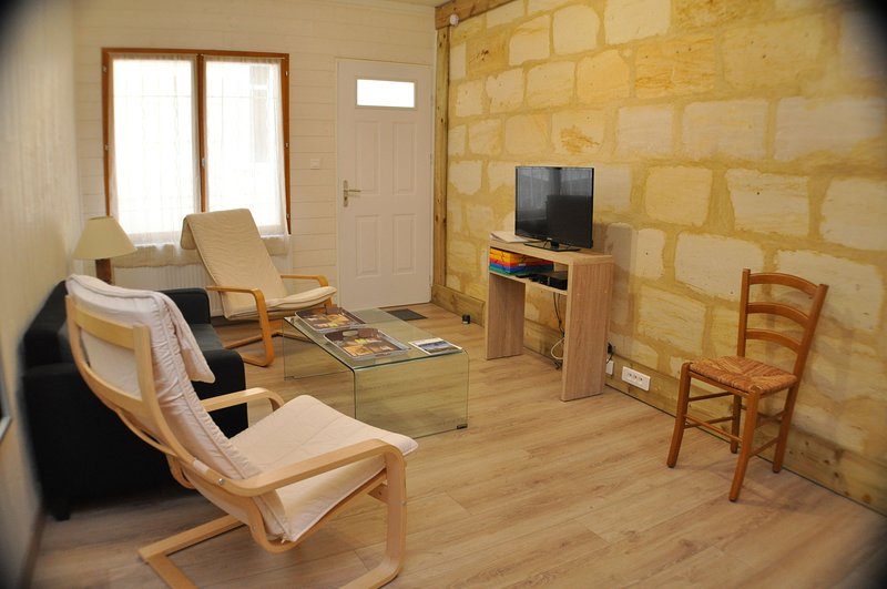 GITE DU VIEUX LORMONT avec cour privative - garage, holiday rental in Saint-Louis-De-Montferrand
