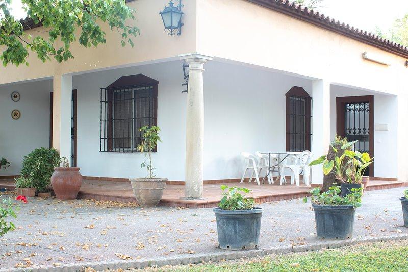 Lujoso chalet, enorme jardín, frontón y piscina, holiday rental in La Rambla