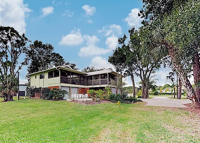 New Listing! Canal-Side Home w/ Huge Yard, Private Hot Tub & Screened Lanai, casa vacanza a Oldsmar