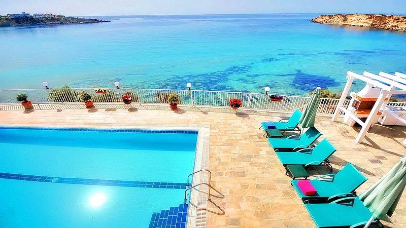 La villa est située sur la plage de sable de Coral Bay et dispose d'un accès direct à la plage.