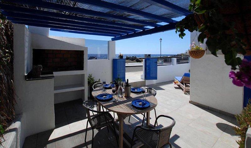Casa Helena del Mar, first line location, the ocean 'our neighbour'!, location de vacances à Guatiza