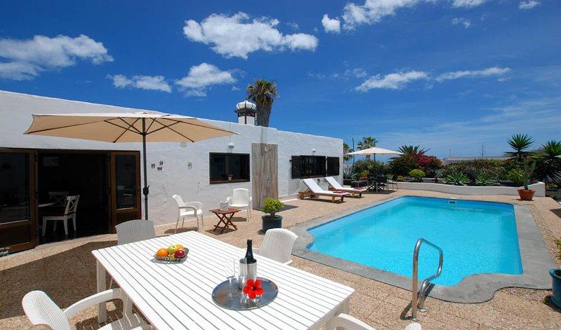Casa Azmira del Mar, unique luxury location with private and heated pool!, location de vacances à Guatiza