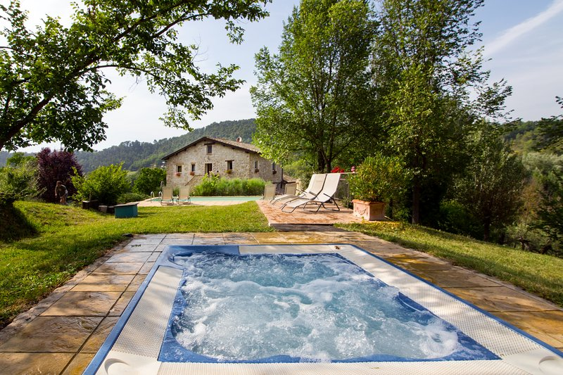 Entire stone Villa with swimming pool and hot Jacuzzi, vacation rental in Canalicchio