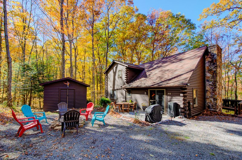 Woodland cabin w/ private hot tub, firepit, foosball table & nearby lake access!, vacation rental in McHenry