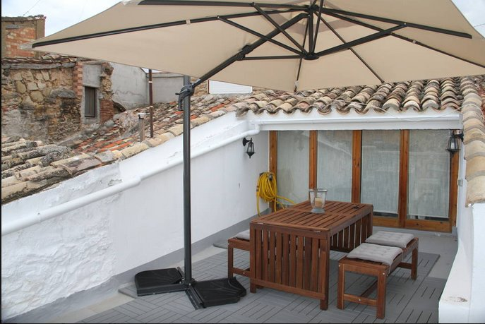 Near Motorland Circuit. House up to 16. Cool and cozy., location de vacances à Beceite