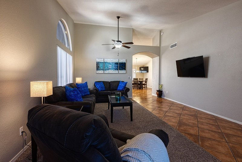 WESTGATE VACATION RENTAL/RELAX IN SPA/WALK TO CARDINALS/COYOTES/CLOSE TO EVENTS, vacation rental in Glendale