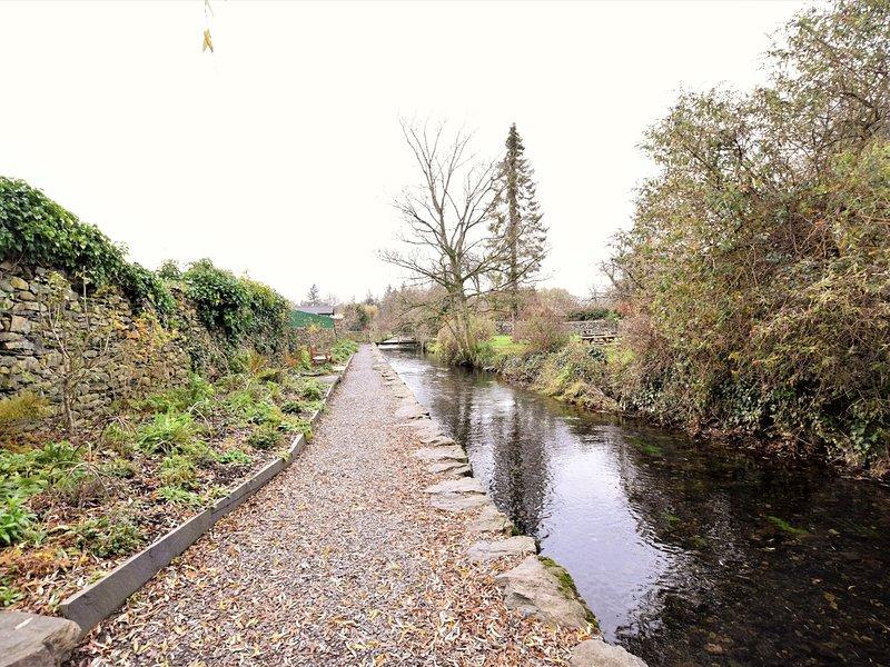 Ruisseau pittoresque qui traverse le village