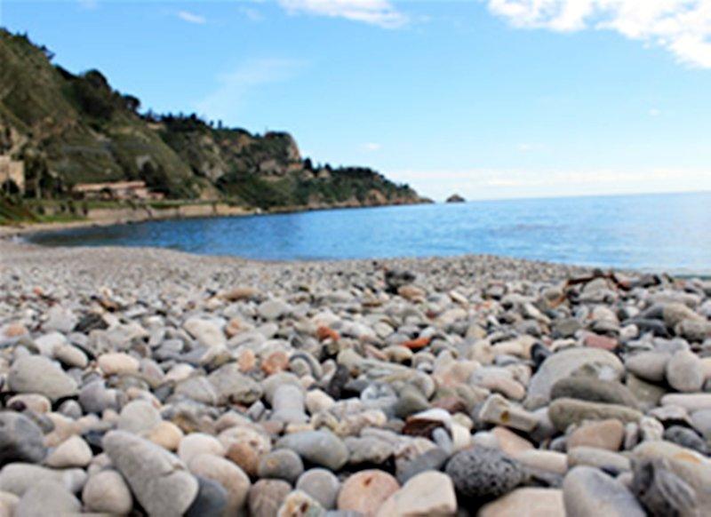 Taormina pet friendly Apartment on the beach, vacation rental in Villagonia