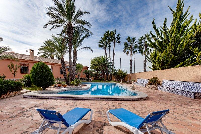Amazing villa with swimming-pool, location de vacances à El Chaparral