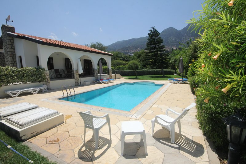 Longville Lodge with secluded garden and private pool, holiday rental in Lapta