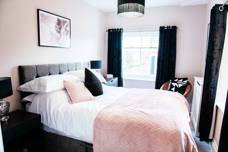Charles Alexander Short Stay - Lord Street Cream Suite, holiday rental in Pilling
