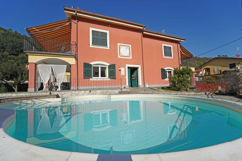 VILLA PERLA 12 Pax, heated pool, WI-FI- BBQ, near to Cinque Terre, vakantiewoning in Rocchetta di Vara