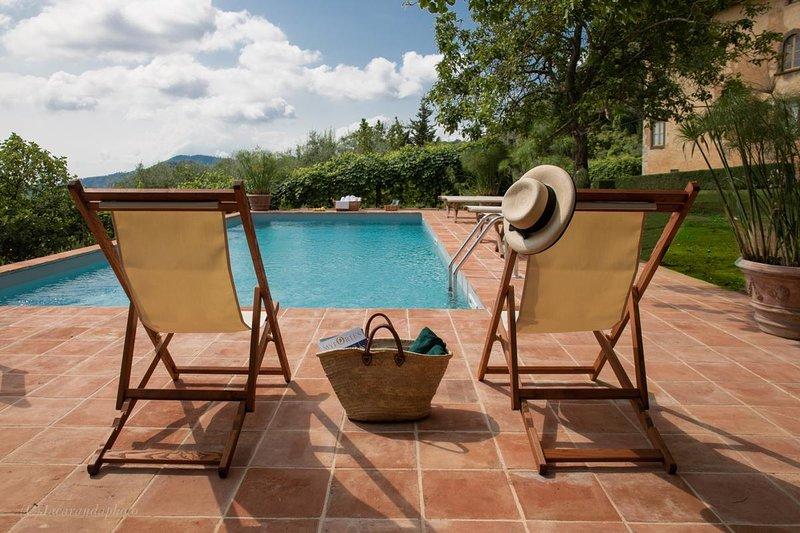 área relaxante ao longo da piscina privada