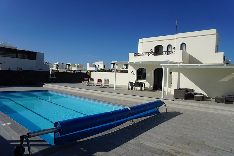 Immaculate 2 Bed Villa Stunning New 12x6m Heated Pool, vacation rental in Playa Blanca
