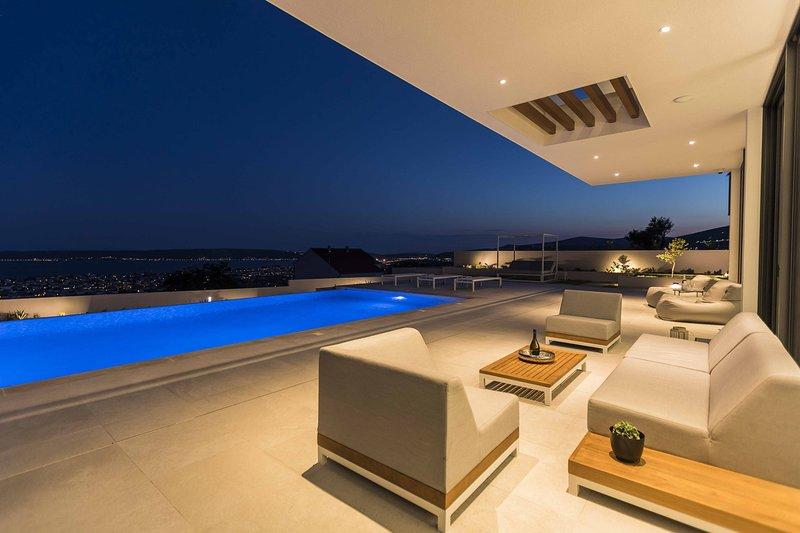 Villa Hedonist with Heated Pool, alquiler de vacaciones en Kastel Stari