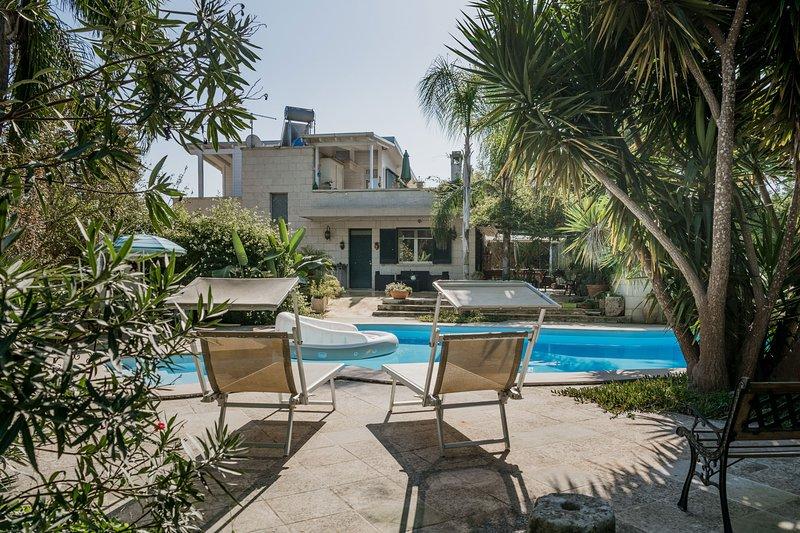 Villa piscina campo calcetto 5 camere Puglia m400, holiday rental in Serrano