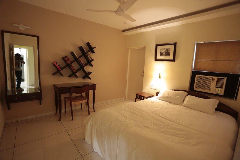 Kamer1: Eerste kamer heeft een nieuw AC, tweepersoonsbed, met uitvoerende werktafel en een aangrenzend balkon