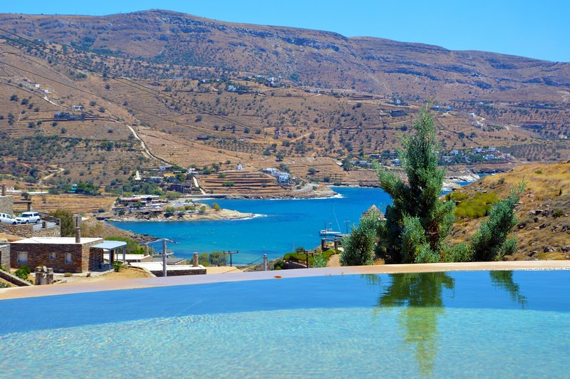 Spacious villa with a swimming pool and sea view, holiday rental in Kampi
