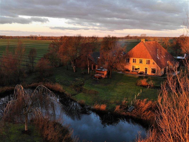Hollidayhome 'de Opkikker' 3 bedrooms with prived bathroom, hottub in the garden, casa vacanza a Wanneperveen