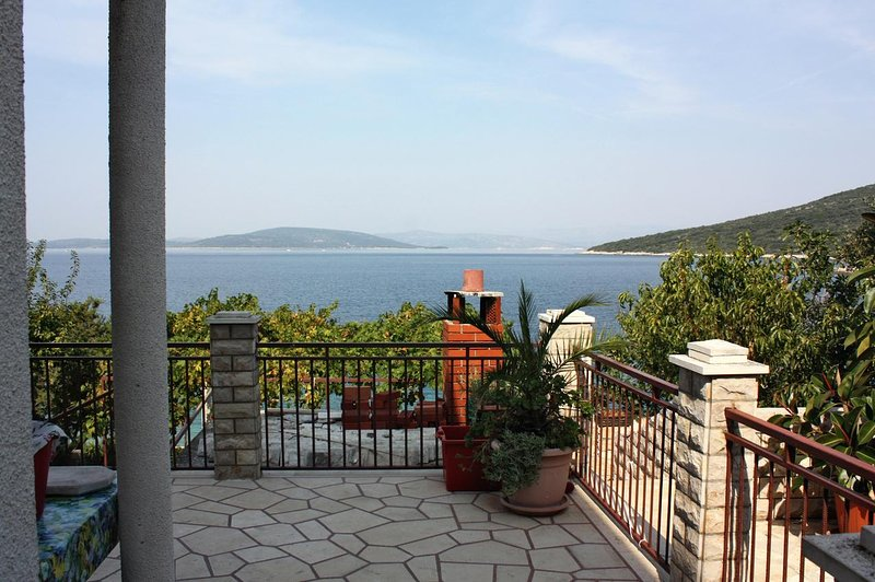 Maslinica Apartment Sleeps 6 with Air Con - 5459768, vacation rental in Maslinica
