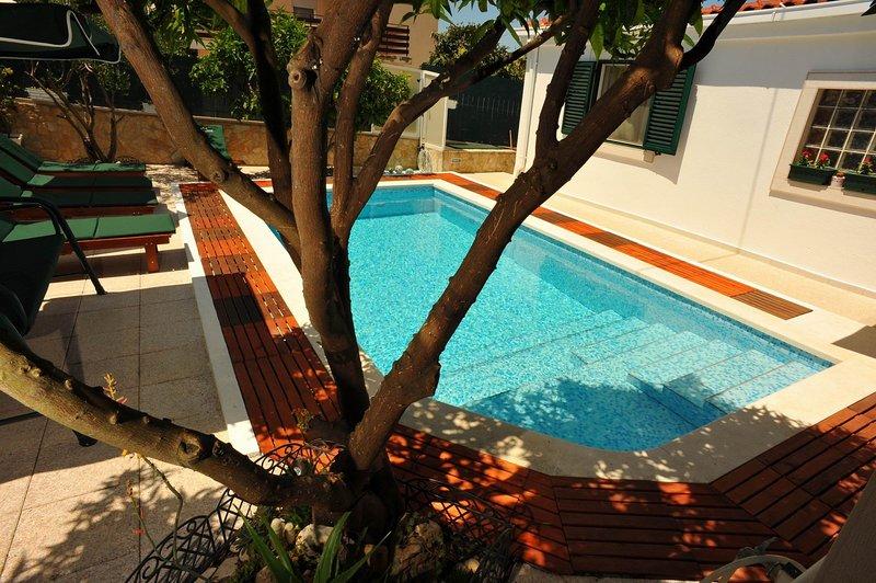 Villa Anni - Two-Bedroom Apartment with Terrace, holiday rental in Sutivan