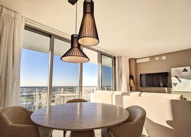 Living: Dining area for up to 4 guest