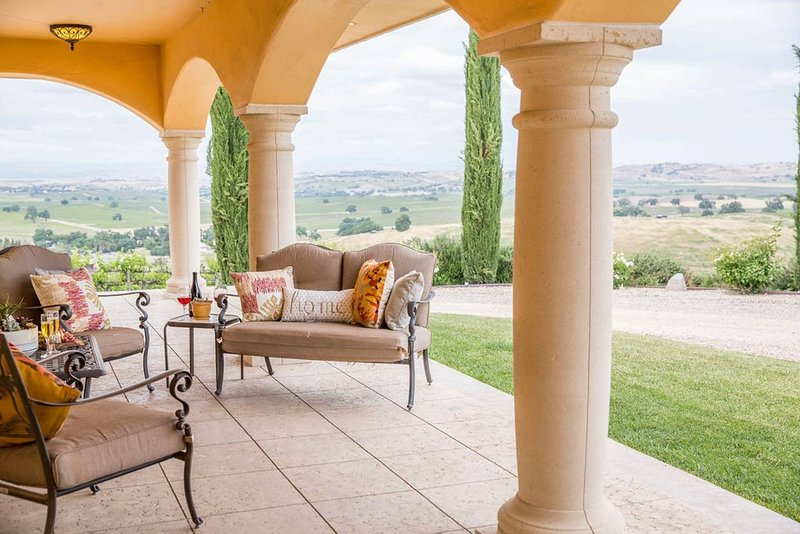 Aterno Estate & Vineyard, Tuscan Villa & Guest House, vacation rental in Templeton