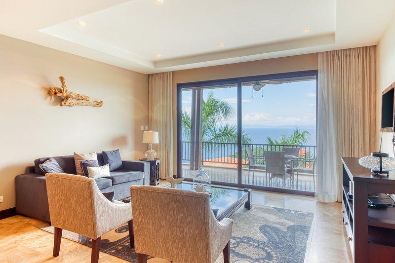 Beautiful condo w/breathtaking ocean & mountain views and shared pool!, vacation rental in Playa Matapalo